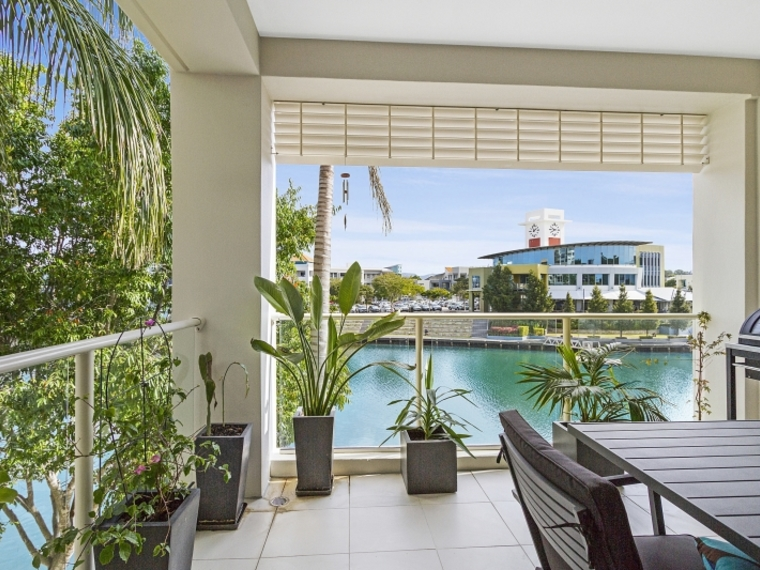 """The Reserve"" - Lake View Unit and Easy Walk to Bond Uni & Varsity Cafe Precinct!!!!"