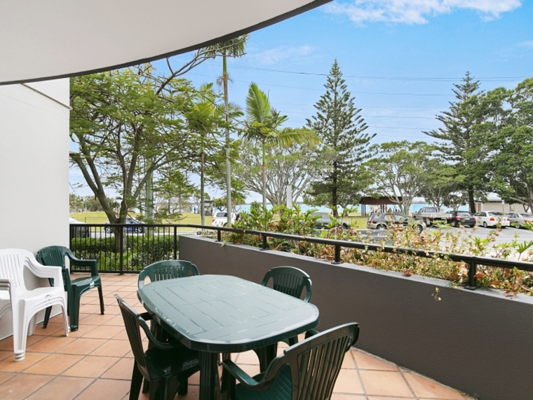 Great Sized 2 Bedroom Unit with Park & Broadwater Views!