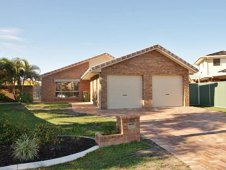 Family Home With Huge Yard, Pool & Ducted Air-conditioning!