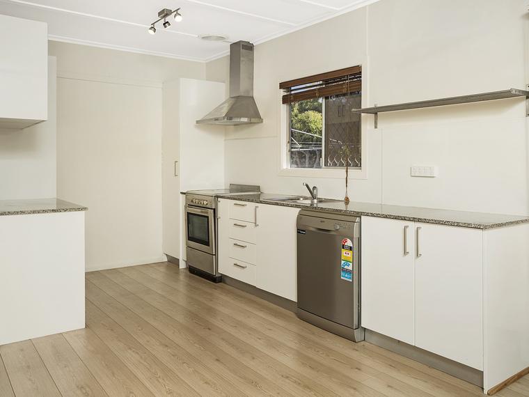 Renovated Duplex Living Close To Broadwater!
